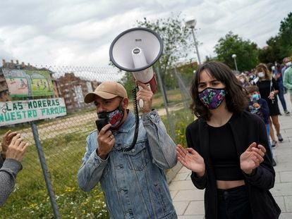Manifestación vecinal contra la subasta de unos terrenos del Ministerio de Defensa junto al metro Colonia Jardín.