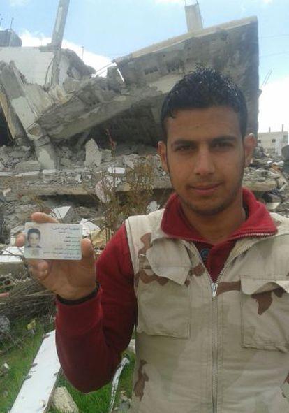 Muawiya Faisal Sayasneh, de 21 años, muestra su carné de identidad.