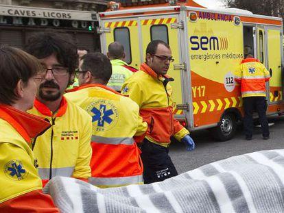 Miembros del SEM atienden a un herido en la Rambla de Catalunya de Barcelona.