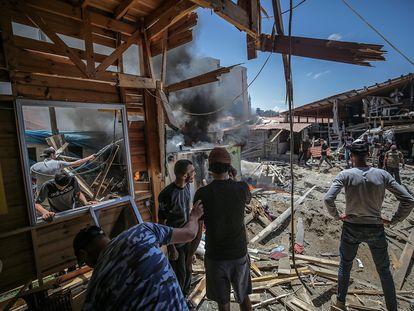 Varios habitantes de Gaza inspeccionan los daños tras un bombardeo israelí este lunes.