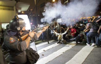 Un policía dispersa a manifestantes en Sao Paulo.