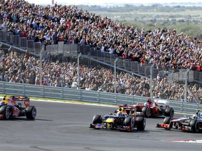 Vettel lidera el grupo al principio de la carrera.