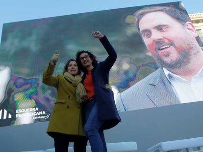 Carme Forcadell y Marta Rovira, con Oriol Junqueras en la pantalla, durante un acto el año pasado.
