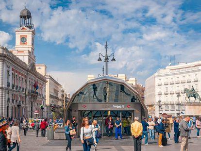 Transeúntes por la concurrida Puerta del Sol (Madrid).