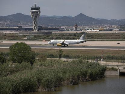 Un avión aterriza en el aeropuerto de El Prat, este miércoles.