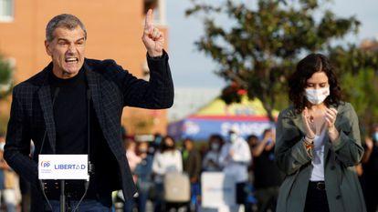 El exdiputado valenciano de Ciudadanos Toni Cantó pronuncia un discurso junto a la presidenta madrileña, Isabel Díaz Ayuso, durante un acto de campaña electoral del Partido Popular el pasado 14 de abril en San Sebastián de los Reyes, Madrid.