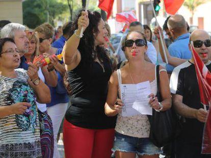 Trabajadores de la cafetería de la Asamblea protestan a las puertas del hemiciclo.