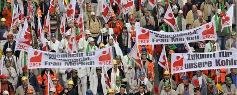 Los manifestantes recorren Bruselas contras las medidas de austeridad.