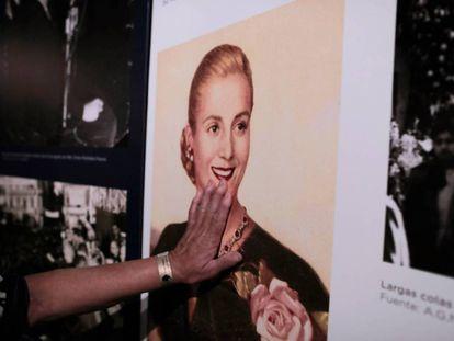 Una mujer posa sus manos sobre un retrato de Eva Perón en el museo dedicado a Evita en Los Toldos, su pueblo natal.