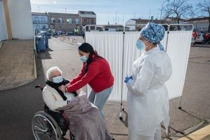 Carmen Álvarez, de 86 años, antes de recibir la vacuna de Pfizer.
