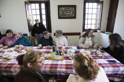 Participantes en el proyecto para combatir la soledad desayunan en el comedor del convento de San Francisco de Betanzos (A Coruña).