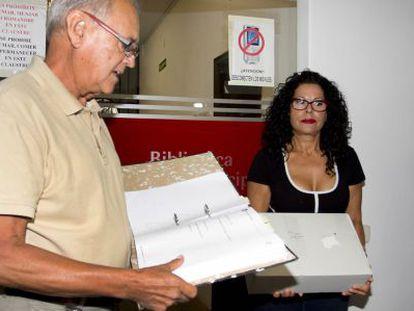La nuera del poeta, Lucía Izquierdo, retirando cajas del legado del Archivo Municipal de Elche.