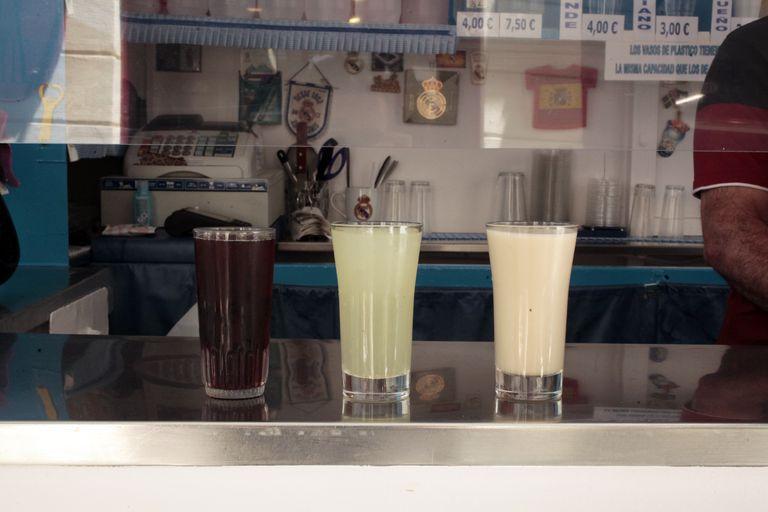 Agua de cebada, granizado de limón y horchata en el quiosco de los hermanos Guilabert.