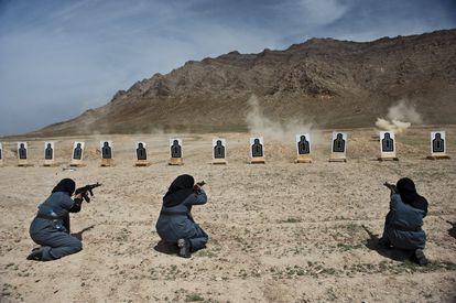 Tres mujeres policías afganas reciben entrenamiento de los 'carabinieri' en un campo de tiro en las afueras de Kabul, Afganistán, 13 de abril de 2010