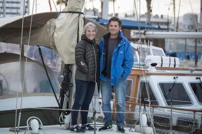 Silvia y Albert viven confinados en su velero en la Marina de Badalona.