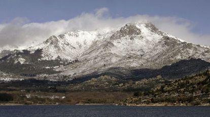 Cumbre de La Maliciosa desde el pantano de Navacerrada.