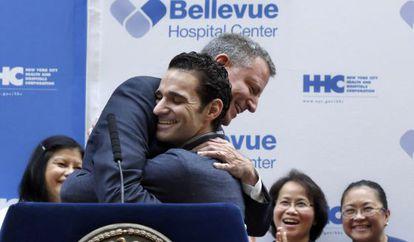 Abrazo entre el doctor Craig Spencer y el alcalde Bill de Blasio.