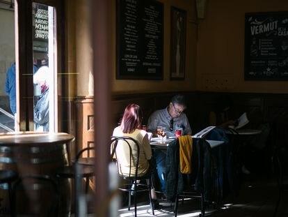 Clientes leen en el interior del bar Canigó de Barcelona.