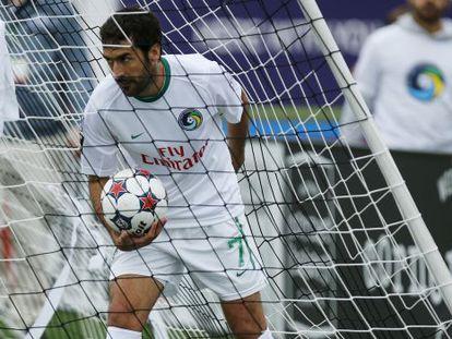 Raúl recoge el balón tras marcar el gol de la victoria.