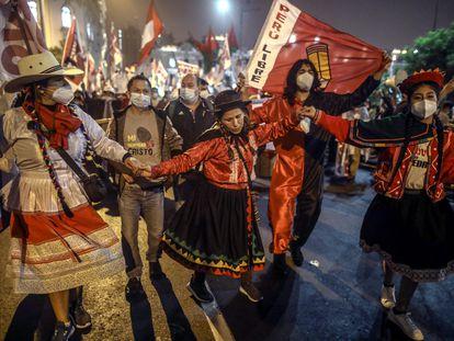 Simpatizantes del izquierdista Pedro Castillo participan en una movilización el pasado sábado en Lima.