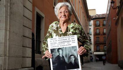 Ascensión Mendieta, hija de fusilado, sujeta el cartel con la foto de sus padres que lleva a todas las manifestaciones por la memoria histórica.