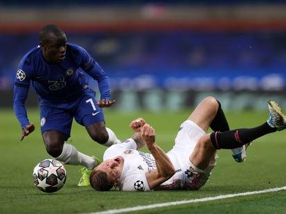 N'Golo Kanté derriba a Toni Kroos este miércoles en Stamford Bridge.