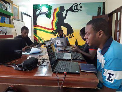 Varios activistas trabajan en las oficinas de Ablogui.