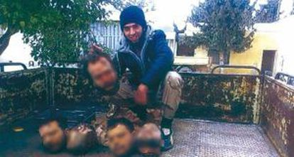 Hamduch, alias Kokito, exhibe las cabezas de sus víctimas.
