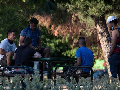 Varios jóvenes en el parque El Cruce, en Villaverde, Madrid.