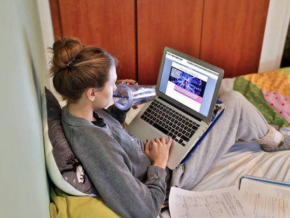 Una alumna estudia en su habitación durante el cierre escolar.