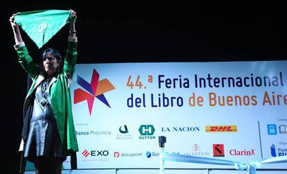 Claudia Piñeiro levanta un pañuelo verde pro aborto legal en la inauguración de la Feria del Libro 2018.