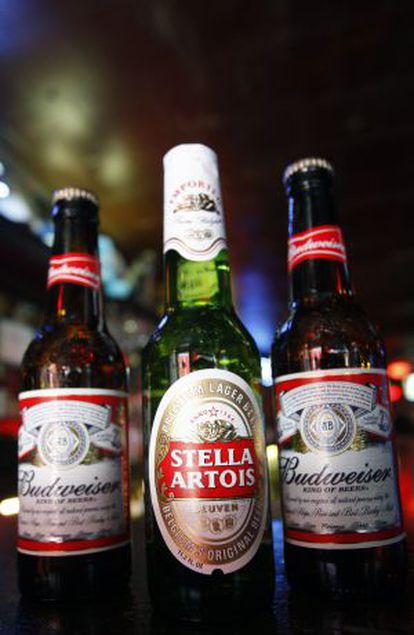Botellas de cervezas Budweiser, de Anheuser- Bush y Stella Artois.