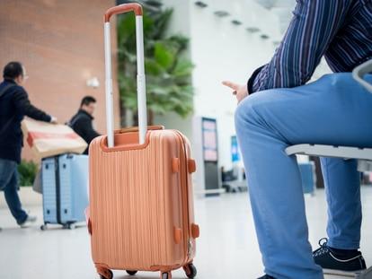 Las maletas de viaje 'trolley' resultan muy cómodas y muchas de ellas se pueden utilizar como equipaje de mano. GETTY IMAGES