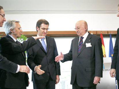 Feijóo celebra la fusión de las cajas gallegas en 2010 junto a sus gestores.