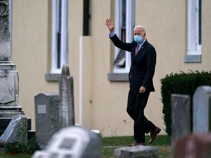 El presidente electo de Estados Unidos, Joe Biden, a la salida de la iglesia de Saint Joseph, en Wilmington (Delaware) el sábado.