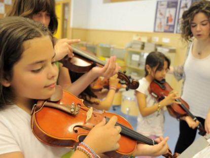 Estudiantes en una clase de música.