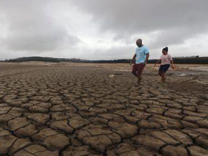 La mayor sequía de la historia, la rápida urbanización y la corrupción podrían convertir a la urbe más austral de África en la primera del mundo actual en quedarse seca. En tres meses se cierran los grifos. Así está sufriendo la ciudad esta pesadilla