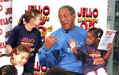 Bill Cosby en 1999, cuando era una estrella solicitada en todos los actos imaginables. En la imagen en una librería de Chicago hablando a los niños.