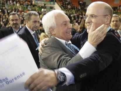 José Luis Baltar felicita a su hijo, José Manuel Baltar Blanco, tras ganar este en 2010 el congreso que lo convirtió en sucesor de su padre al frente del PP de Ourense.