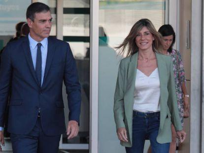 El presidente del Gobierno en funciones, Pedro Sánchez, acompañado por su mujer, Begoña Gómez, a su salida del Hospital Quirónsalud Madrid de Pozuelo de Alarcón.
