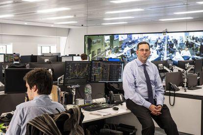 Juan Félix Aniel Quiroga, analista de riesgo del 'hedge fund' SPX, en la sala de mercado de la compañía en Londres.