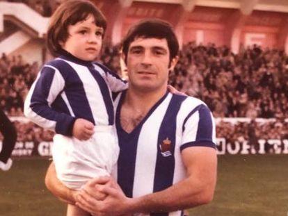 José Agustín Aranzábal, Gaztelu, de 74 años, jugó dos veces con España de 1969 a 1971. Su hijo Agustín, en sus brazos, sumó 28 de 1995 a 2003.