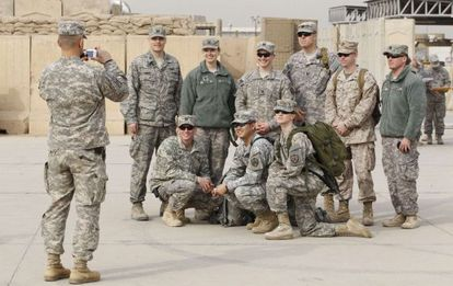 Militares estadounidenses posan para una foto antes de la ceremonia en Bagdad.