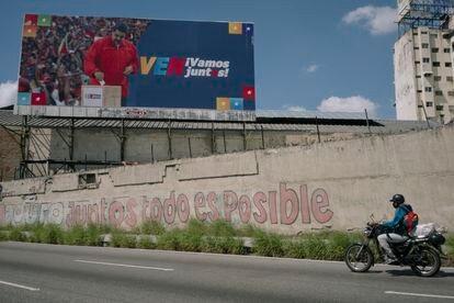 Un cartel del presidente Maduro en una de las avenidas principales de la ciudad anuncia las elecciones parlamentarias.