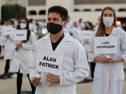 Un grupo de enfermeros homenajea en Brasilia a sus colegas muertos a causa de la covid-19.