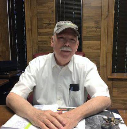 El alcalde Bobby Amacker, en su oficina a la entrada del pueblo, en el sur.