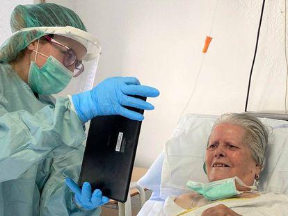 Una paciente se comunica con un familiar por videollamada.