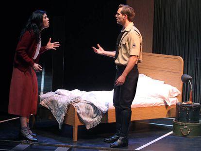 Escena de la obra 'Tengo tantas personalidades que cuando digo te quiero no se si es verdad', basada en textos de Max Aub, que estrenóen 2015 la sala que llevaba su nombre en Matadero.