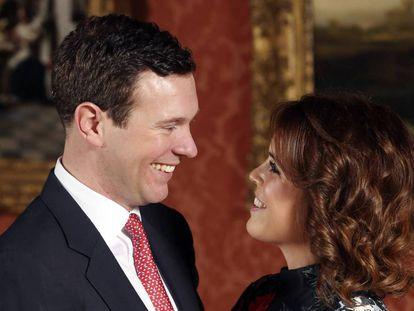 Jack Brooksbank y la princesa Eugenia, en una de las imágenes difundidas este lunes con motivo de su compromiso.
