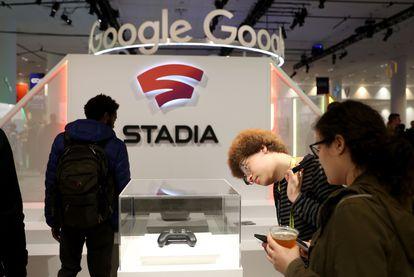 Google muestra en una feria de San Francisco el mando de su plataforma de videojuegos Stadia, que se puede jugar en la pantalla de cualquier dispositivo electrónico conectado a Internet.